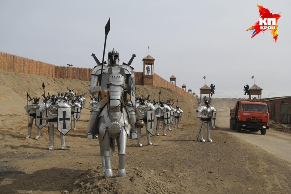 Музей из мусора под Иркутском: средневековый острог и армию рыцарей создали работники городского полигона