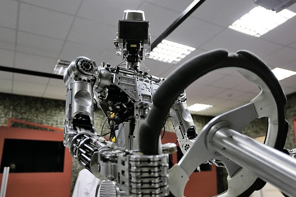 Этот симпатичный робот способен вести машину с помощью искусственного интеллекта. Фото: Мария СЮМАК/ФПИ