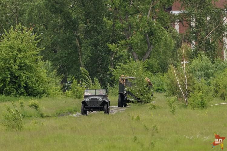 Ничего не подозревающие советские военнослужащие передвигаются по тылу.
