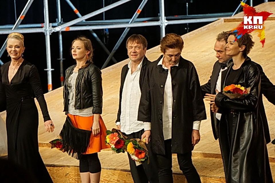 На сцене зрители увидели знакомых по фильмам и сериалам Карину Разумовскую, Валерия Дегтяря, Руслана Барабанова.