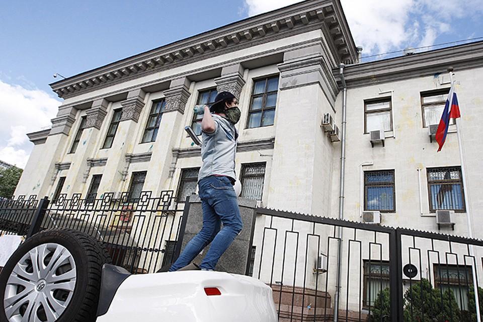 Посольство неоднократно подвергалось нападениям и актам вандализма. Фото ИТАР-ТАСС/ Максим Никитин