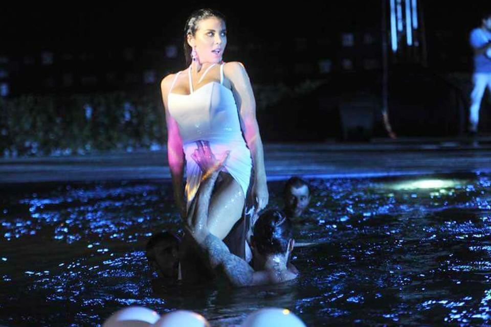 Анна Седокова прямо в одежде нырнула в бассейн вместе со своими танцорами
