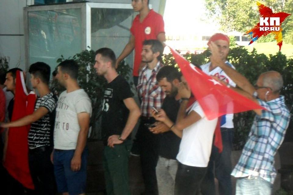 Турки приветствуют туристов и размахивают флагами. Фото предоставлено героям публикации.
