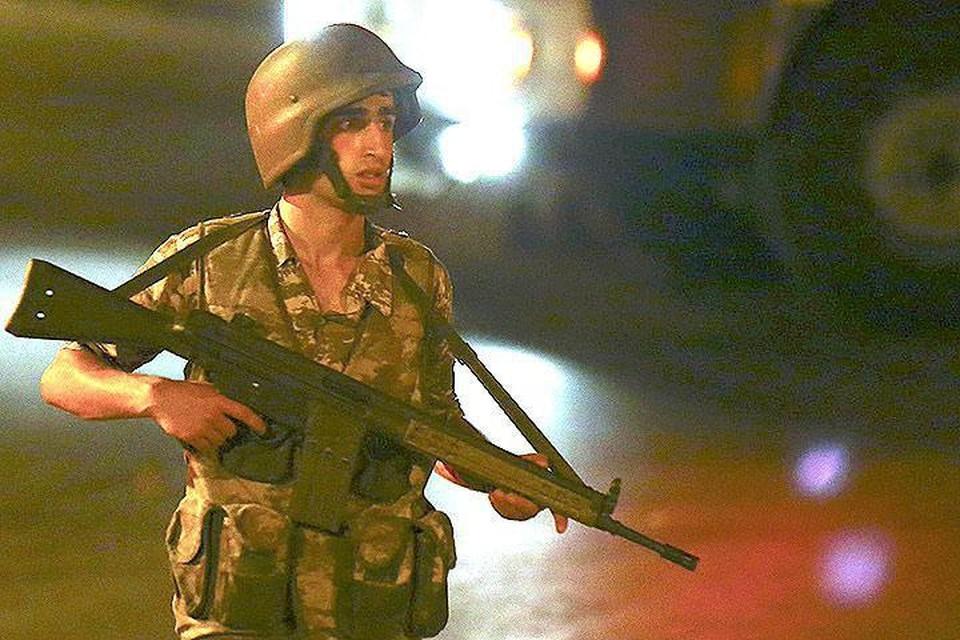Один из участников военного мятежа на улицах Стамбула.