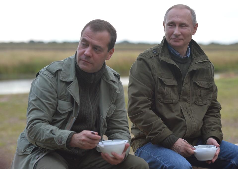 Путин и Медведев во время отдыха на берегу озера Ильмень. Фото: Алексей Дружинин/пресс-служба президента РФ/ТАСС