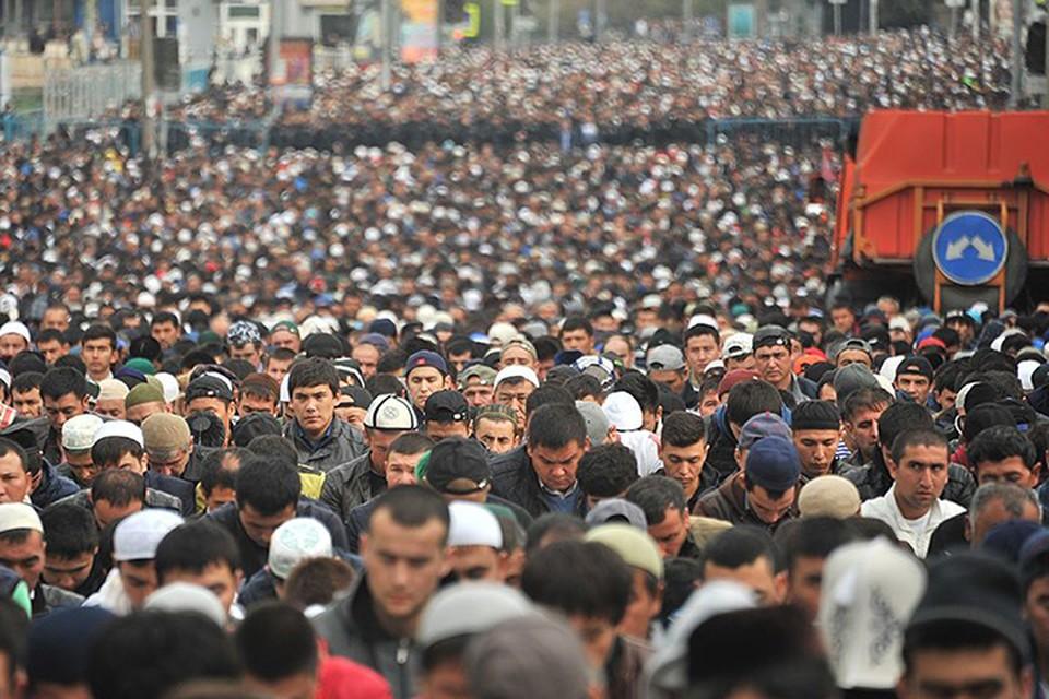 Подавляющее большинство собирающихся по большим праздникам у центральных мечетей в Москве не являются гражданами России и даже временно в Москве не проживают