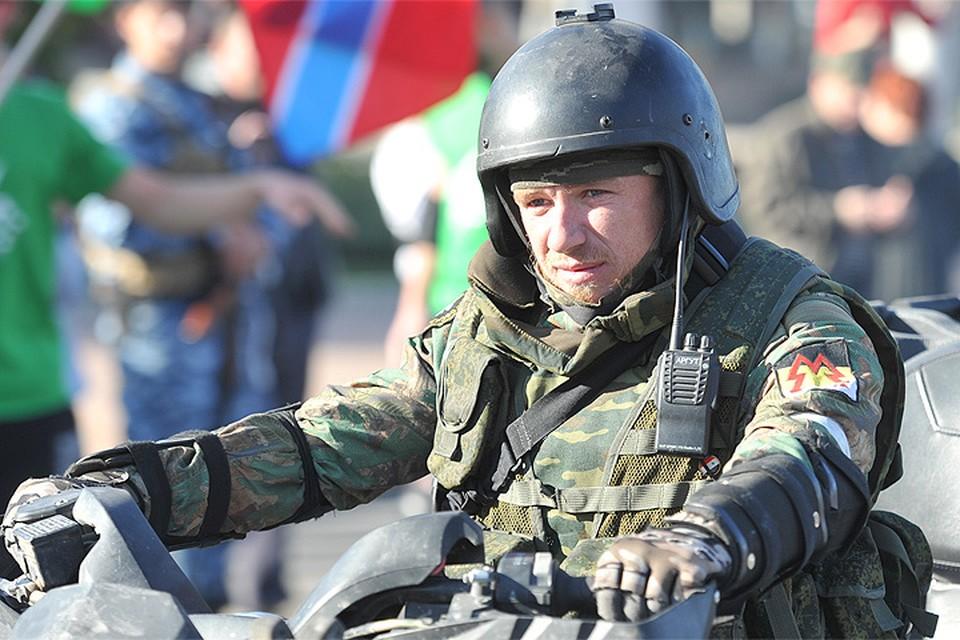 Ополченец с позывным Моторола (Арсений Павлов) на площади Ленина в Донецке осенью 2014 г.