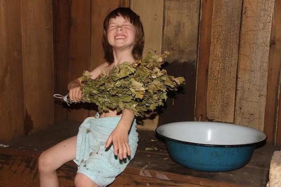 Подглядывать в туалете девочки одевают трусики
