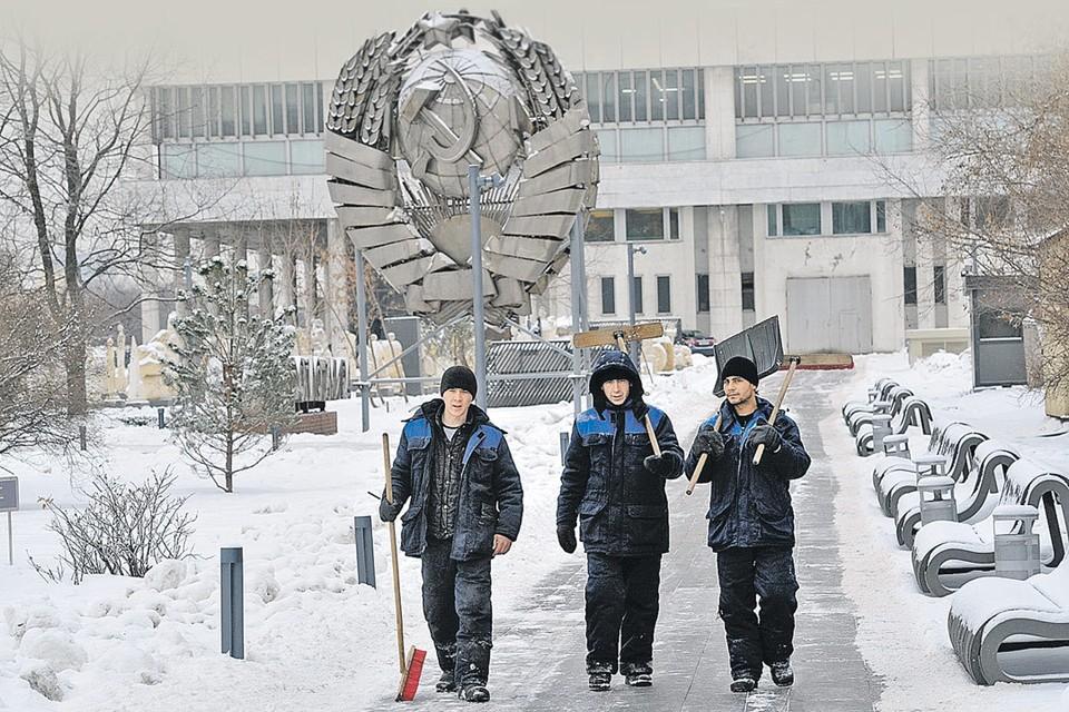 Вход в «парк советского периода» в Москве сегодня убирают мигранты из Средней Азии. А когда-то мы были гражданами одной великой страны...