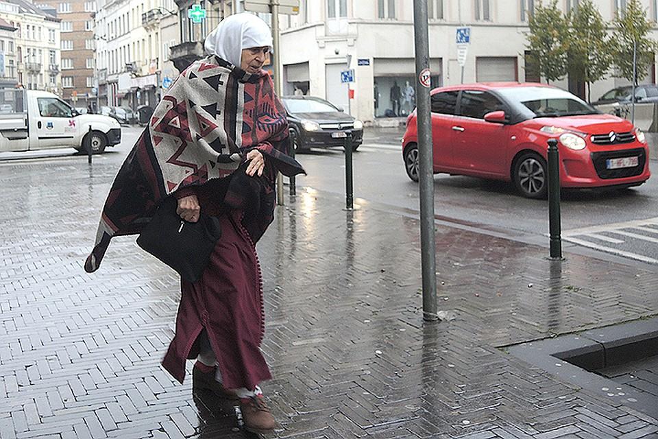 Типичная жительница сегодняшнего Брюсселя спешит по своим делам.