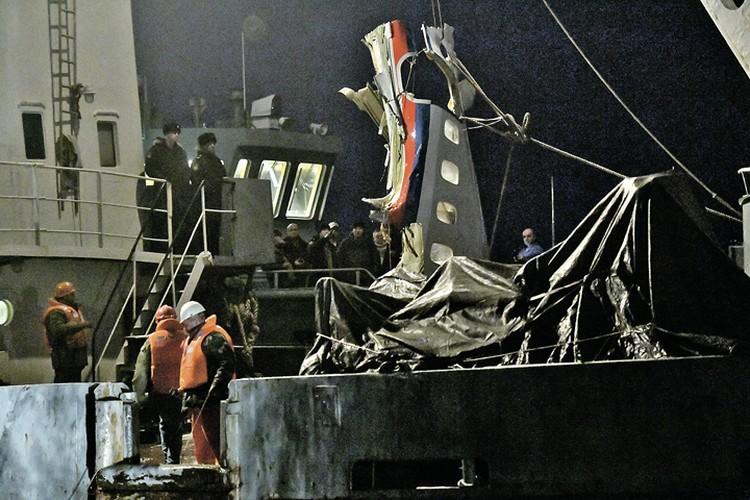 Спасатели подняли первый крупный фрагмент лайнера, упавшего в море 25 декабря.