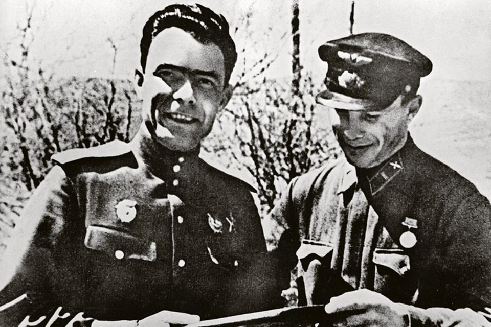 Леонид Брежнев (слева) со своим адъютантом Иваном Кравчуком - снимок сделан в 1943 году в Новороссийске, на Малой земле.
