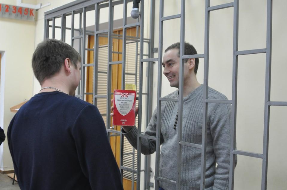 Дмитрий Щепетков пришел на заседание с маленькой красной книжкой - УПК РФ.