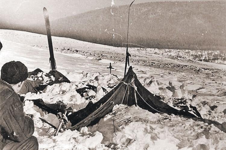 Одна из главных нестыковок лавинной версии - почему палатку туристов (на фото) полностью не придавило снегом? Фото: Архив Фонда памяти группы Дятлова