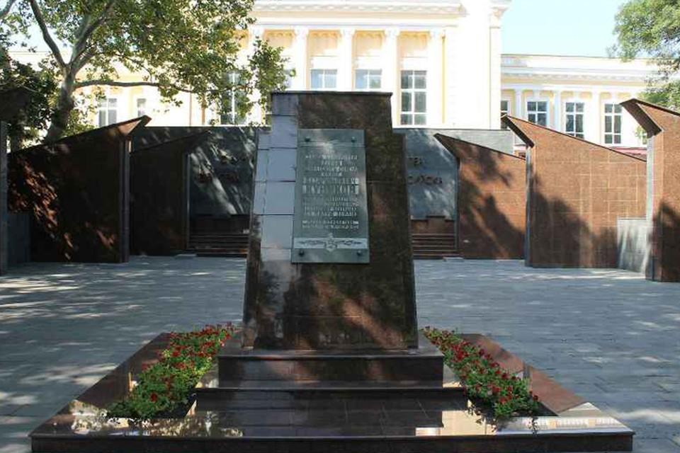 Могила легендарного командира отряда - одна из главных достопримечательностей Площади Героев. Фото: gorod-novoross.ru