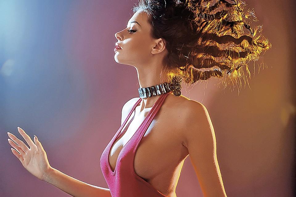 Красивая спортсменка с большой грудью попала в руки извращенцам фото 149-461