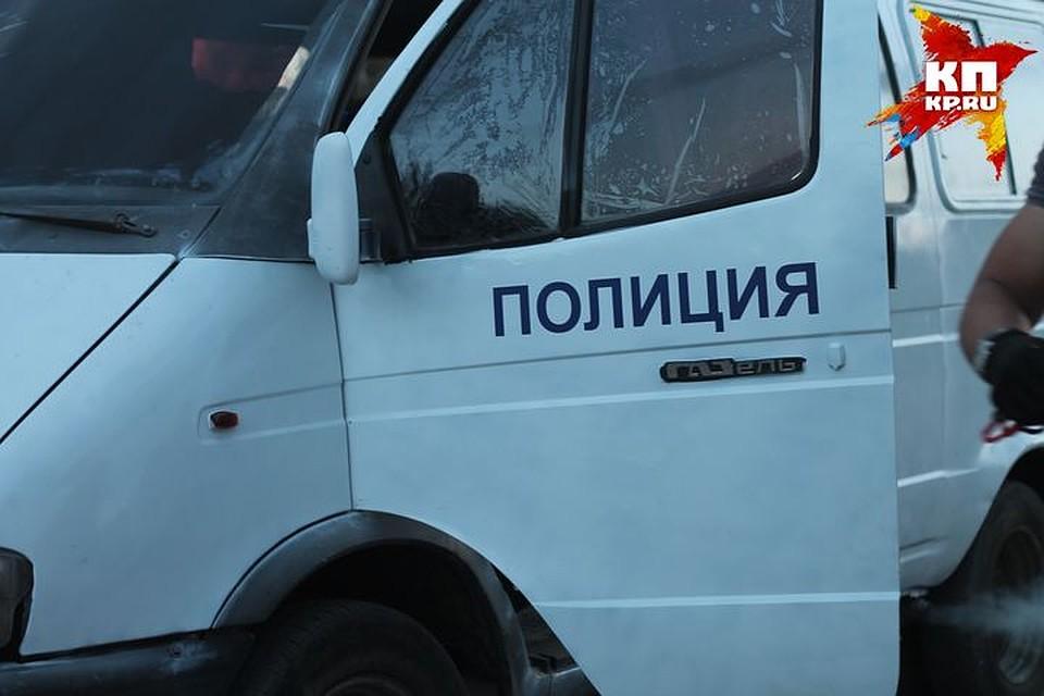 paren-nachal-pristavat-k-devushke-v-avtobuse-tolstuyu-vdvoem-porno