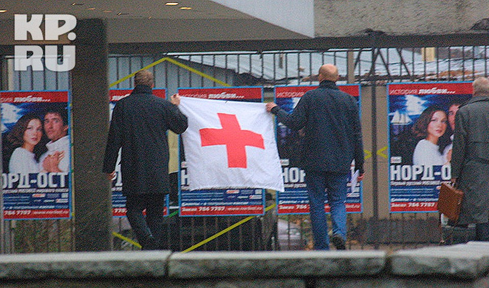 Сотрудники щвецарского Красного Креста уговаривают террористов принять лекарства для заложников.