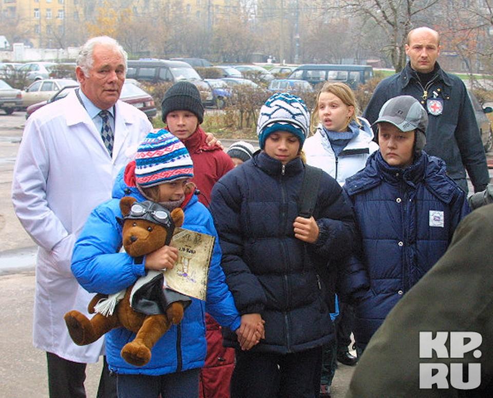 Известный детский хирург Леонид Рошаль. Благодаря его участию, из здания накануне штурма были выведены восемь детей, а заложникам были переданы вода и медикаменты.