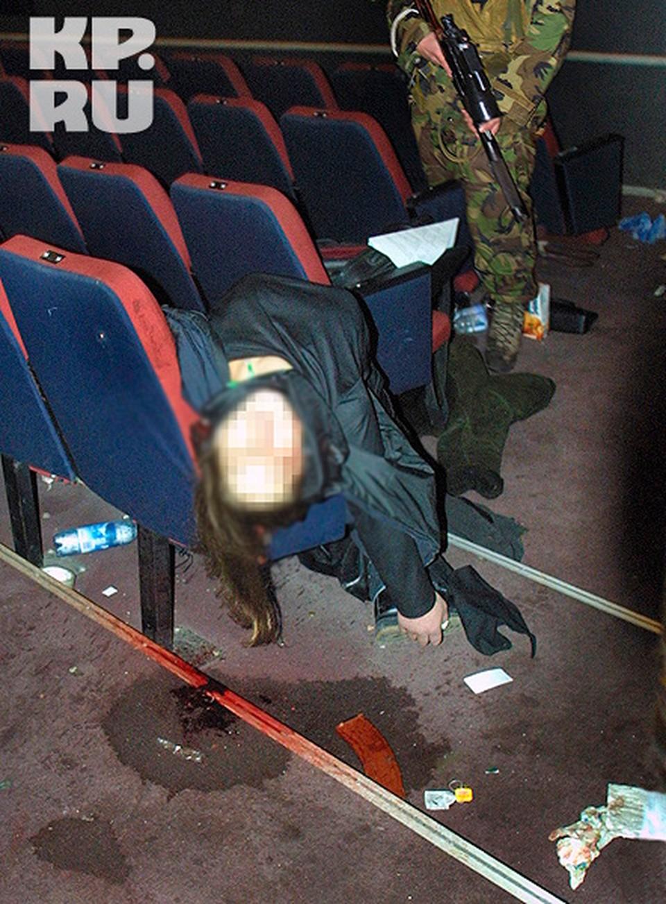 Убитая шахидка. Сразу после штурма Театрального центра , 26 октября 2002 г.