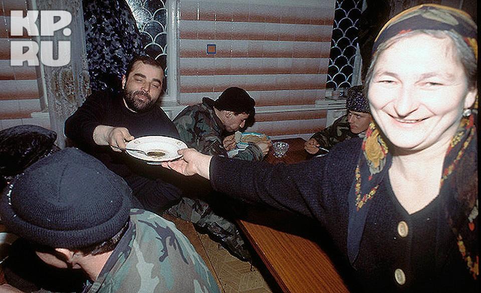 """Ясера Виталиева, самая старшая из шахидок """"Норд-Оста"""". Снимок был сделан за год до теракта в штабе Шамиля Басаева в Грозном"""