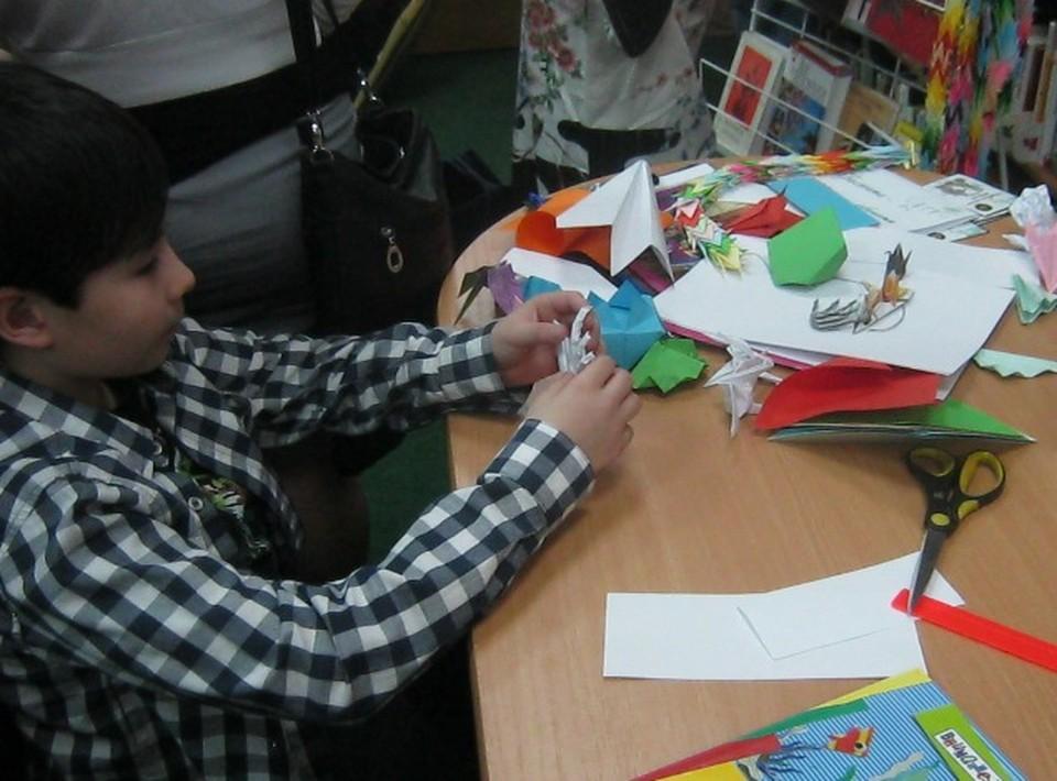 Дети с радостью воспользовались возможностью собрать фигурки-оригами