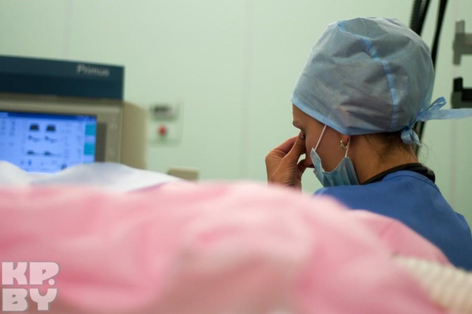 Анестезиологу нужно постоянно контролировать несколько аппаратов, обеспечивающих жизнедеятельность организма пациента, заполнять графики и отслеживать ход операции. Выйти на минуточку здесь не получится.
