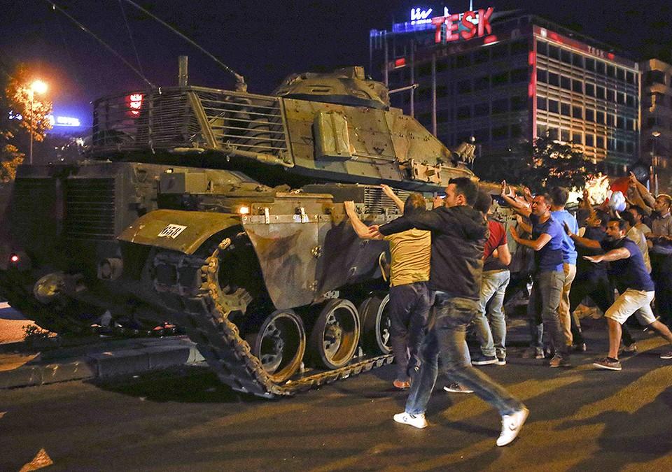 Жители Анкары пытаются помешать танку проехать по улицам.