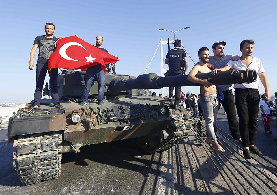 Жители Стамбула фотографируются с танком.