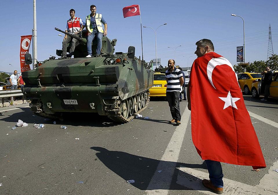 Освобожденный от мятежных военных мост через Босфор.