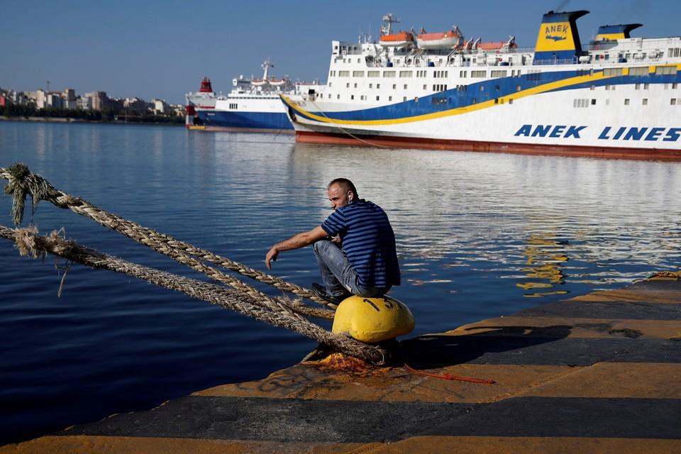 Всегреческая федерация моряков  решила на сутки продлить забастовку, требуя увеличения зарплаты.