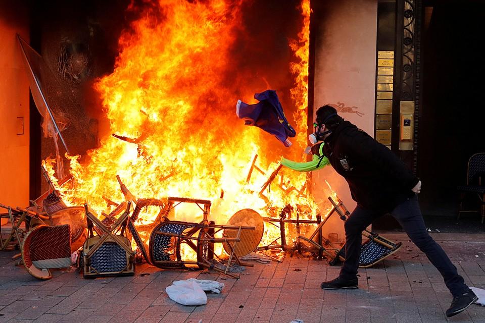 В Париже активизировались протесты «желтых жилетов». На 18-й неделе манифестанты вновь начали атаковать автомобили и магазины, расположенные рядом с Триумфальной аркой