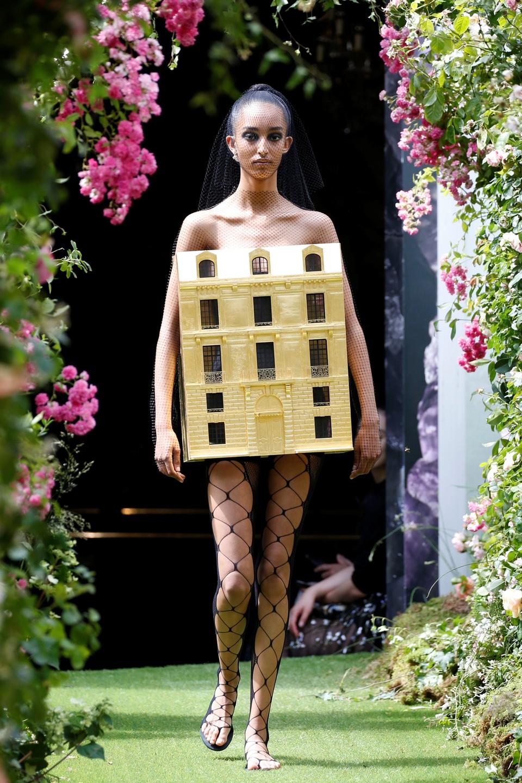 Во время показа коллекции креативного директора модного дома Dior Марии Грации Кьюри в Париже.