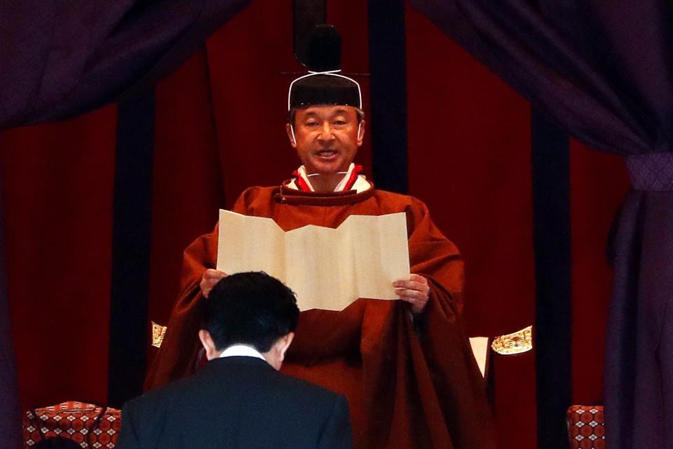 Император Японии Нарухито официально вступил на престол