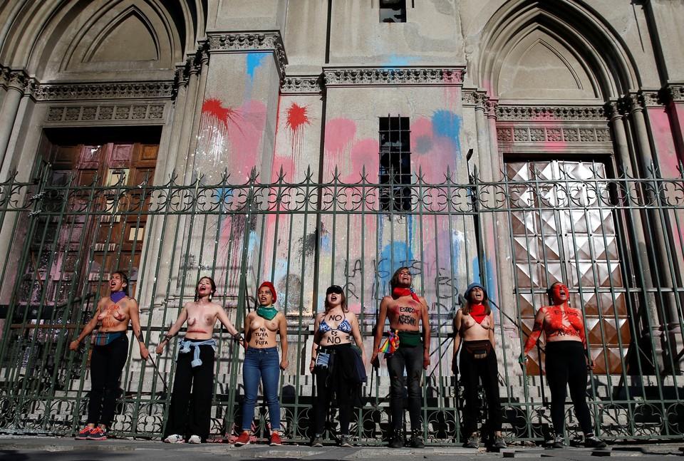 Акция феминисток у собора в Сантьяго в Международный день защиты женщин от насилия.