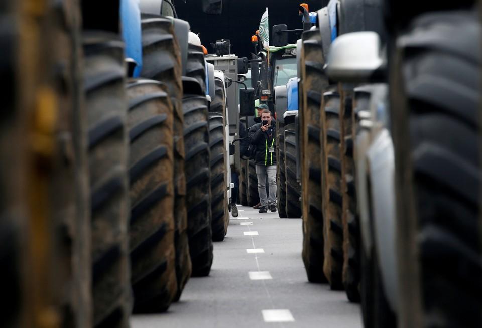 Французские фермеры заблокировали дороги в Париж, выступая против международных соглашений о свободе торговли и конкуренции со стороны импортной продукции.