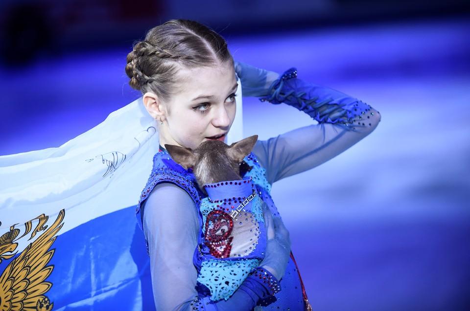 Российская фигуристка Александра Трусова вышла на лед Турина со своей собачкой после победы в Гран-при по фигурному катанию.