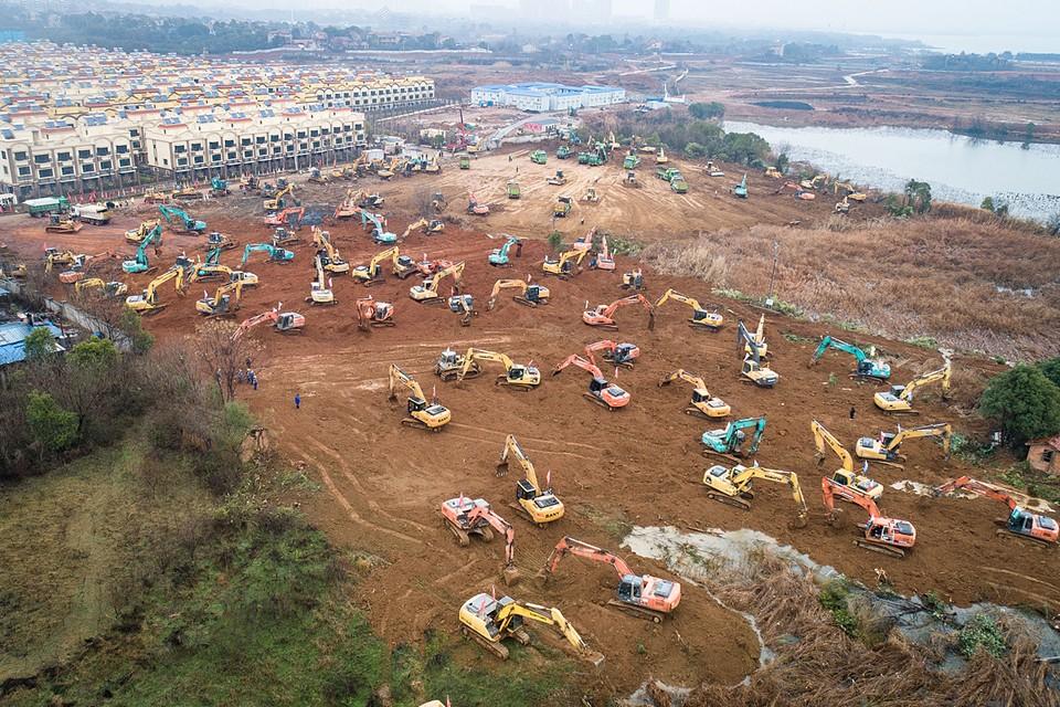 Специальную больницу для заразившихся новым коронавирусом пневмонии в построят в китайском городе Ухань. По заявлению властей, медицинское учреждение будет построено за шесть суток. На площадке уже работают десятки единиц строительной техники