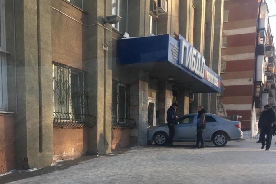 """В Кемерове 3 февраля произошло курьезное ДТП. В автомобиле, стоящем на парковке, сработал автозапуск, машина без водителя поехала и врезалась прямо в двери Госавтоинспекции. ФОТО: vk.com, """"Регион 42""""."""