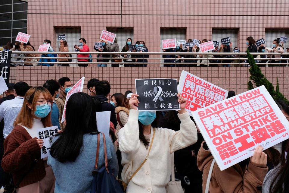 Гонконгские медики проводят забастовку у здания больницы, требуя закрыть границу с Китаем, чтобы уменьшить распространение коронавируса.