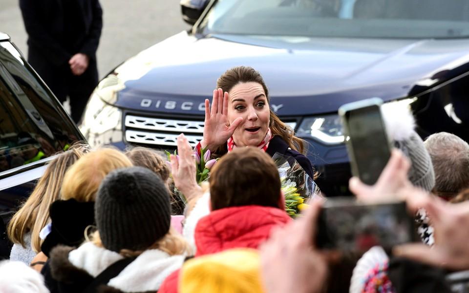 Кэтрин, герцогиня Кембриджская, приветствует публику, выходя из кафе-мороженого Джо в Мамблсе, графство Уэльс.