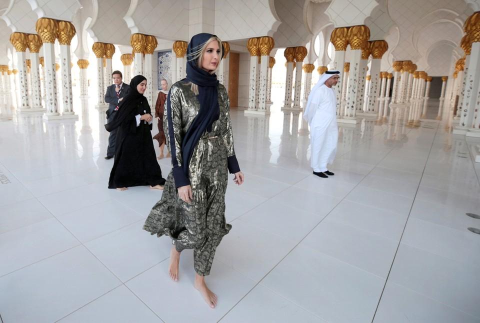 Старший советник Белого дома США Иванка Трамп во время посещения Большой мечети шейха Зайда в Абу-Даби в Объединенных Арабских Эмиратах.