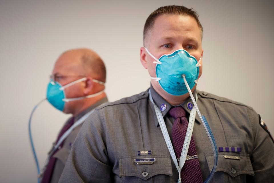 Полицейские Нью-Йорка теперь несут дежурство в противовирусных масках.
