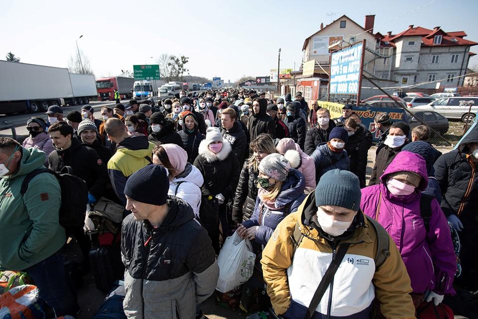 Украинцы скапливаются в огромную очередь на украино-польской границе, желая вернуться на родину до закрытия перехода из-за карантина по коронавирусу.