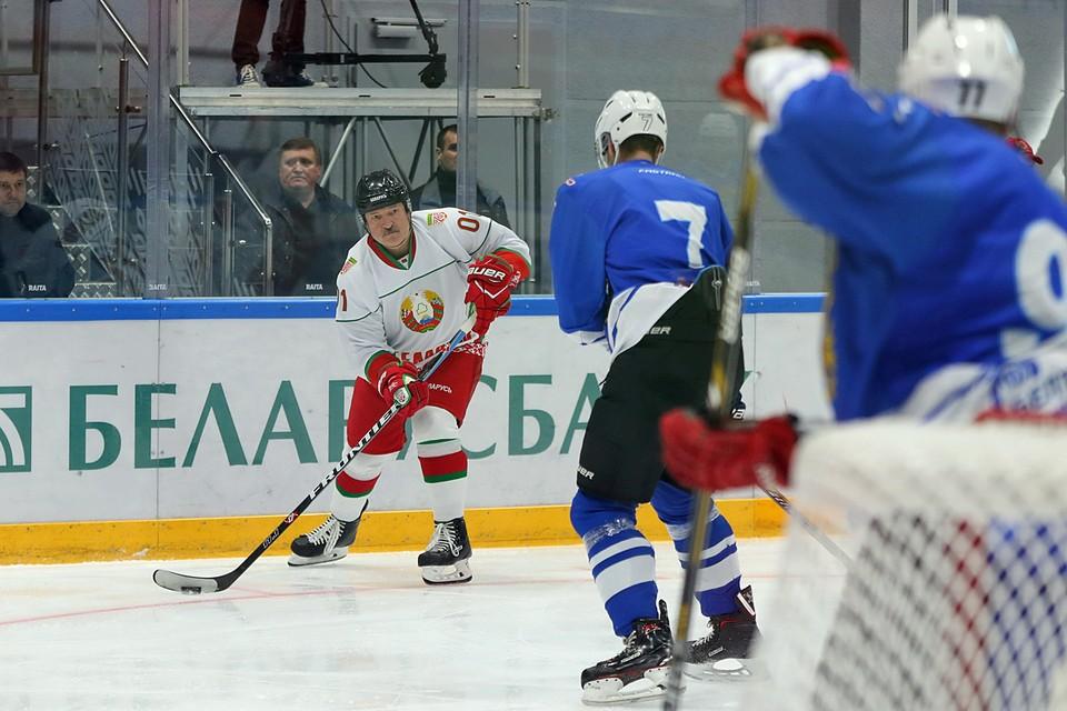 Хоккейная команда президента Беларуси, в которой играет сам Александр Лукашенко, победила в матче финальной серии любительского турнира. Команда Лукашенко обыграла хоккеистов Минской области со счётом 7:3