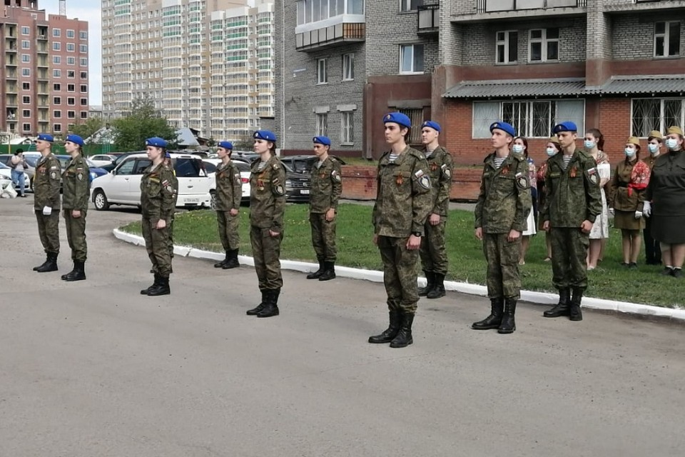 В разных районах Кемерова горожане и активисты спели для ветеранов песни победы. Это стало одним из подарков ветеранам по случаю праздника, который в этом году проходит в нетрадиционном формате. Фото: Администрация города Кемерово