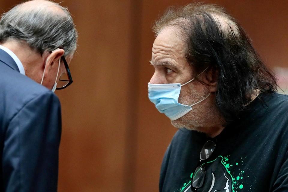 Прокуратура Лос-Анджелеса предъявила 67-летнему порноактеру Рону Джереми обвинение в сексуальном насилии над четырьмя женщинами