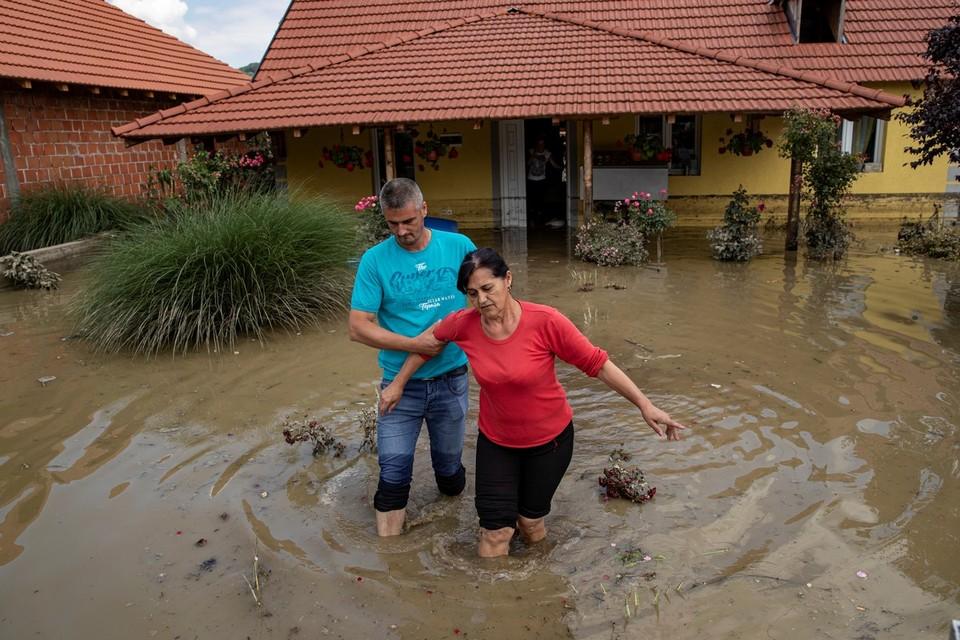 Режим ЧС объявлен в 20 районах Сербии из-за сильного наводнения.