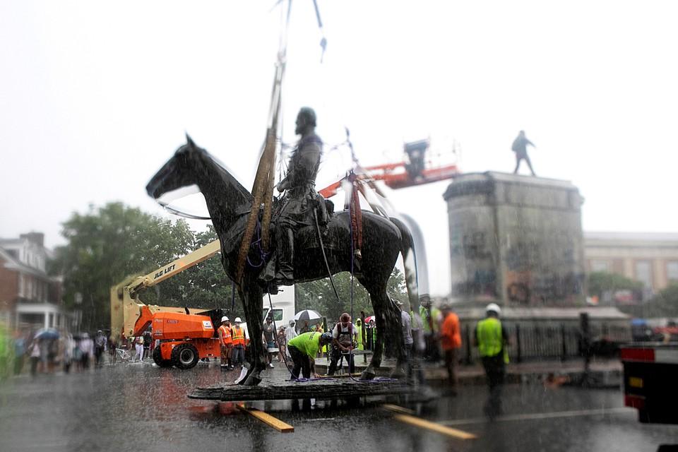 Мэр американского города Ричмонд, штат Виргиния, приказал убрать все памятники конфедератам. По его мнению, он задействовал свои чрезвычайные полномочия для успокоения общественности после нескольких недель протестных акций
