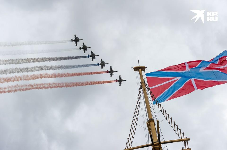 В Санкт-Петербурге прошла генеральная репетиция парада в честь Дня военно-морского флота. Десятки кораблей, самолеты и вертолеты, пешая колонна. Все почти так, как будет в воскресенье, 26 июля, в сам праздник.